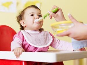 bebe mananca solide