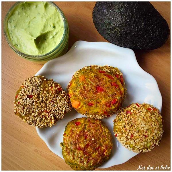 Chiftelute de legume cu sos de avocado