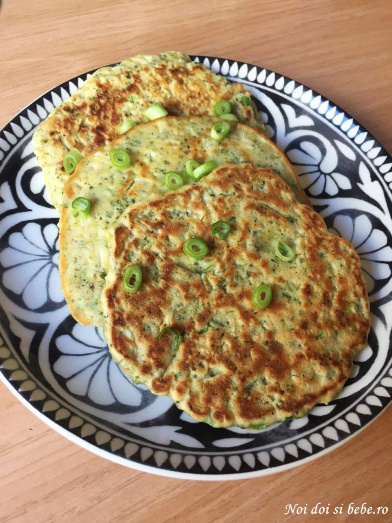Pancakes cu broccoli si ceapa verde
